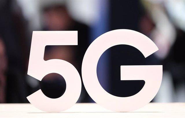 Archivo - Orange, Telefónica y Vodafone pujarán desde este martes en la subasta de los 700 MHz, clave para el 5G