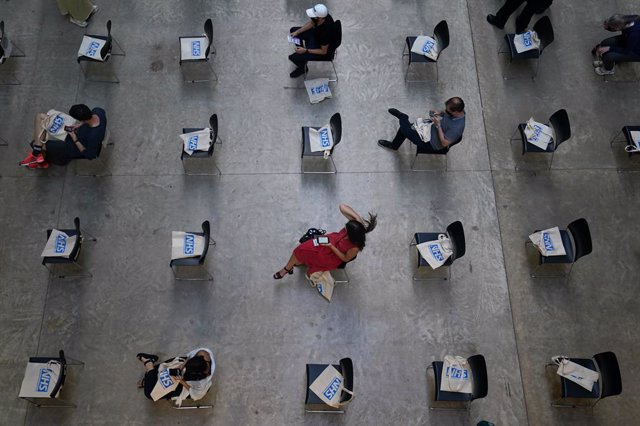 16 July 2021, United Kingdom, London: People waiting for their vaccinations at an NHS pop-up vaccination centre at the Tate Modern art gallery in London. Photo: Kirsty O'connor/PA Wire/dpa
