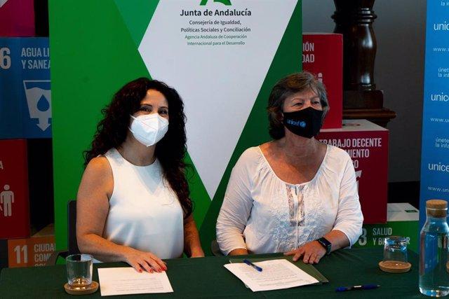 La consejera de Igualdad, Políticas Sociales y Conciliación de la Junta de Andalucía, Rocío Ruiz, junto a la presidenta de Unicef Comité Andalucía, Claudia Zafra.