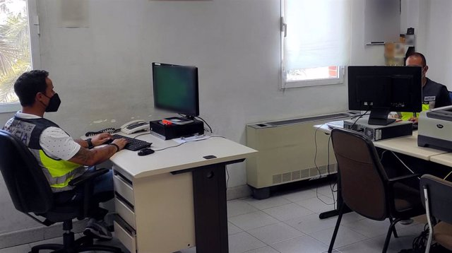 Agentes de la Policía Nacional detienen a un hombre por grabar a una mujer en los probadores de una tienda de ropa en Elche