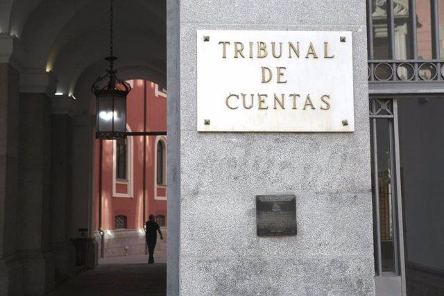Archivo - Arxivo - Placa en la porta principal de l'edifici del Tribunal de Comptes a Madrid