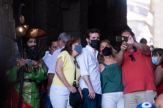 El presidente del Partido Popular, Pablo Casado, sale de la Catedral de Santiago de Compostela tras asistir a la misa del peregrino, a 18 de julio de 2021, en Santiago de Compostela, Galicia (España).  El líder del PP acude a la Catedral de Santiago tras