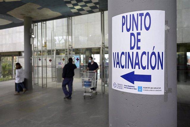 Archivo - Indicaciones para el punto de vacunación en el Hospital Marítimo de Oza, en A Coruña.