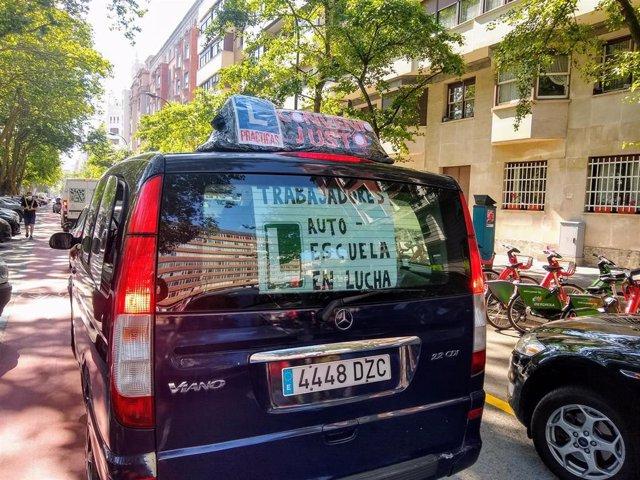 Archivo - Caravana de coches de autoescuela en huelga en Bizkaia