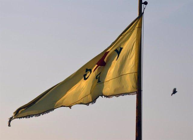 Bandera de las Unidades de Protección Popular kurdas (YPG) en el norte de Siria