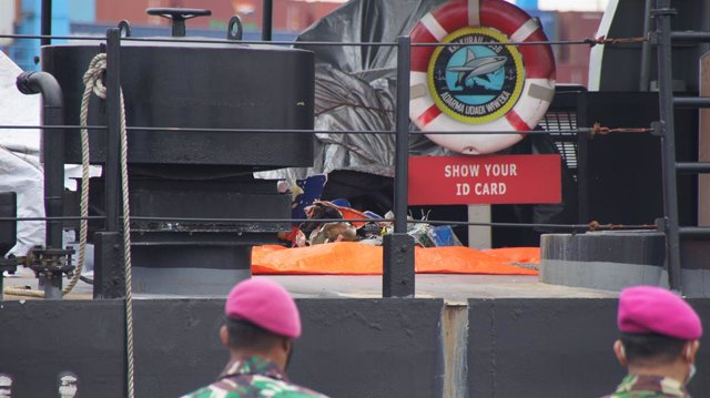 Archivo - 09 January 2021, Indonesia, Jakarta: Sriwijaya Air SJ 182's debris found in the sea, can be seen in a ship belongs n to the Indonesian Navy at Tanjung Priok Port. Indonesian divers have found parts of the passenger plane that went missing minute