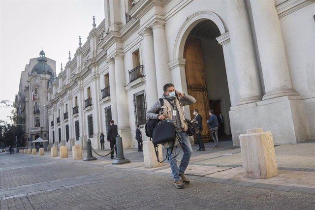 Archivo - Un periodista en el Palacio de La Moneda de Chile durante la pandemia de coronavirus