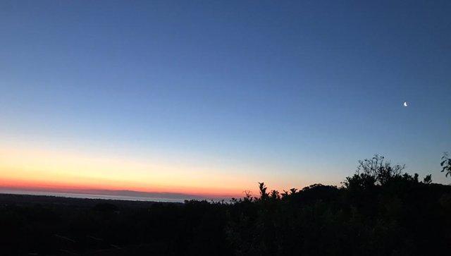 Archivo - La Comunitat amanece con cielos poco nubosos