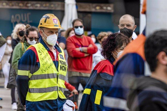 Un obrero de la factoría viste un chaleco con consignas reivindicativas, en una concentración convocada por el comité de empresa de Alcoa, para defender el futuro de la fábrica de aluminio en la comarca, en la praza dos Campos de San Cibrao, en A Mariña l
