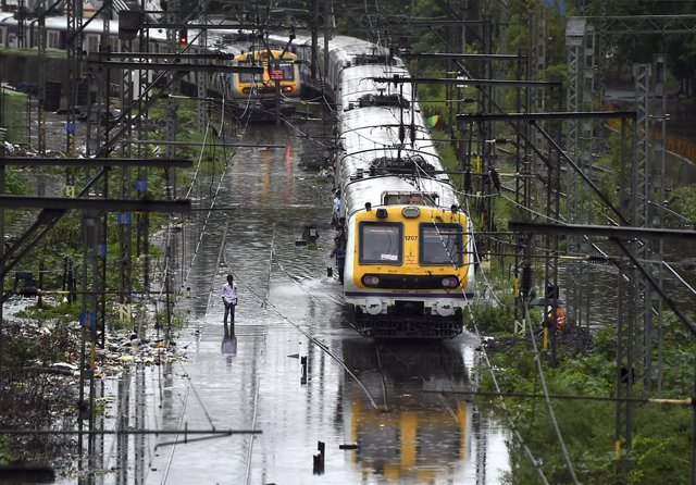Archivo - Lluvias torrenciales en Bombay (India)