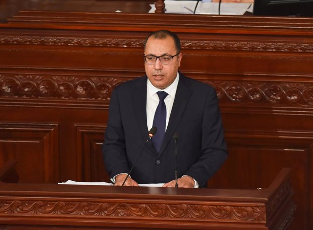 Archivo - El primer ministro de Túnez, Hichem Mechichi, durante una comparecencia ante el Parlamento