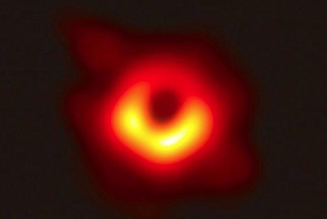 Imagen de la sombra de un agujero negro
