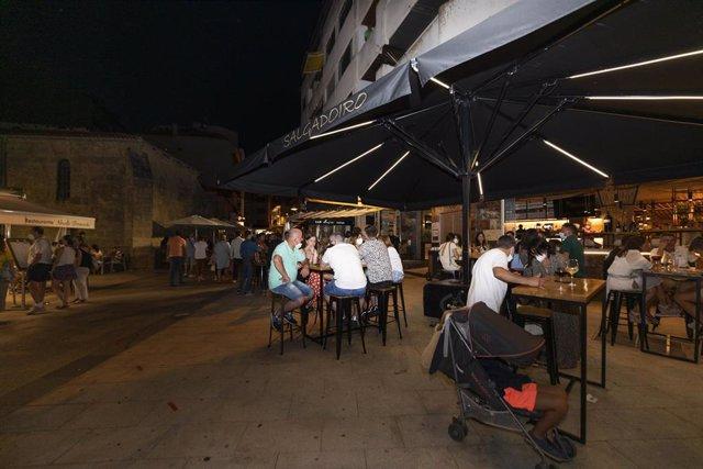 Personas consumen en las terrazas de establecimientos de Sanxenxo.