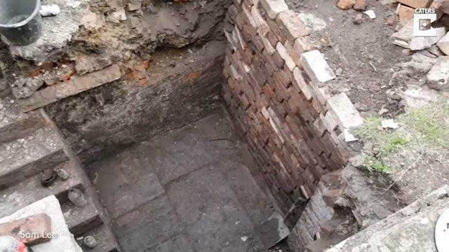 Este hombre transforma un viejo búnker que encontró debajo de su jardín en un aseo exterior para su casa