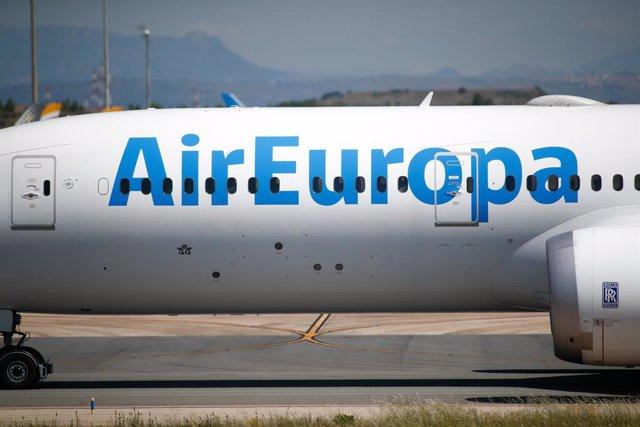 Archivo - Un avión de Air Europa remolcado por la pista en la terminal 4 del Aeropuerto de Madrid-Barajas Adolfo Suárez en el tercer día en el que entra en vigor la orden del Ministerio de Sanidad por la que todas las personas procedentes del extranjero d