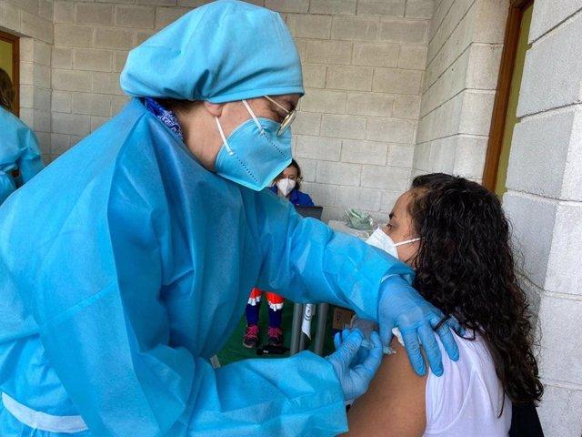 Archivo - Una mujer recibe una dosis de la vacuna contra el coronavirus.