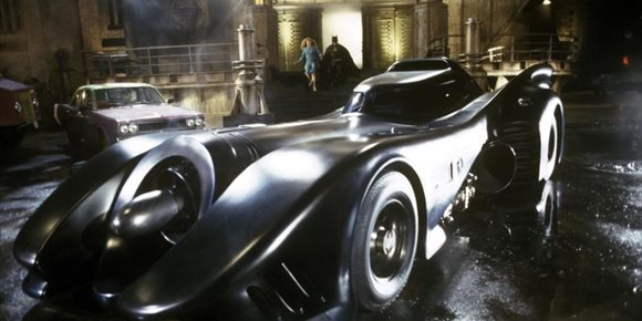 9. Imágenes filtradas de The Flash revelan el Batmóvil de Michael Keaton, a Supergirl y a Barry Allen en la Batcueva