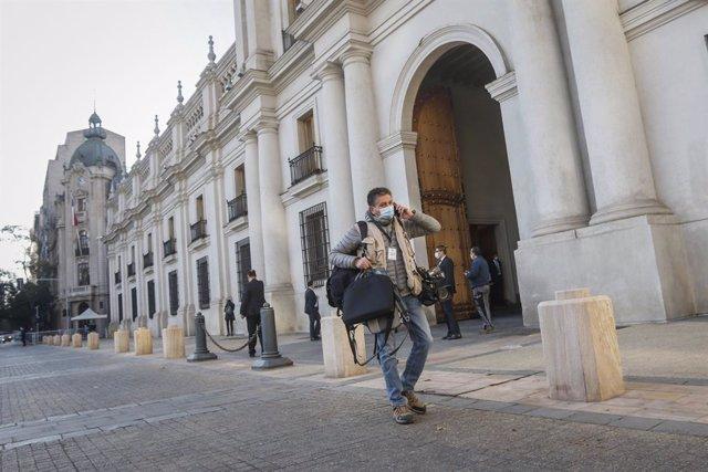 Archivo - Arxiu - Un periodista al Palacio de la Moneda de Xile