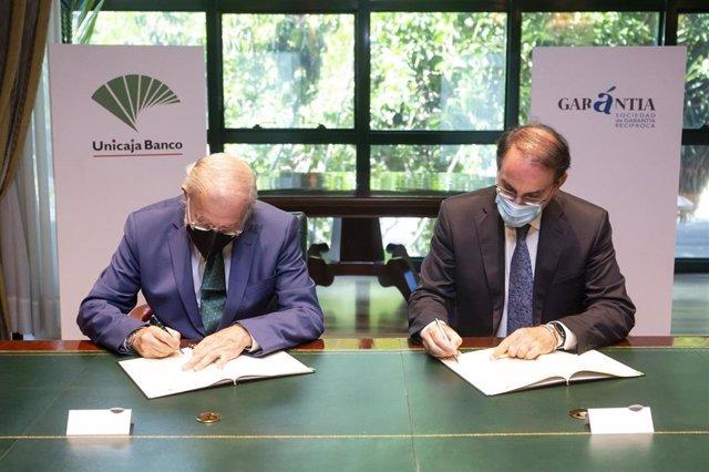 El presidente de Unicaja Banco, Manuel Azuaga, y el presidente de Garántia, Javier González de Lara este lunes en la firma de su acuerdo