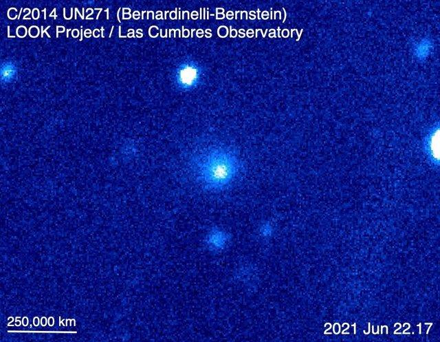 El cometa C / 2014 UN271 (Bernardinelli-Bernstein), como se ve en una imagen compuesta de color sintético hecha con el telescopio de 1 metro del Observatorio Las Cumbres en Sutherland, Sudáfrica, el 22 de junio de 2021.La nube difusa es la coma del cometa