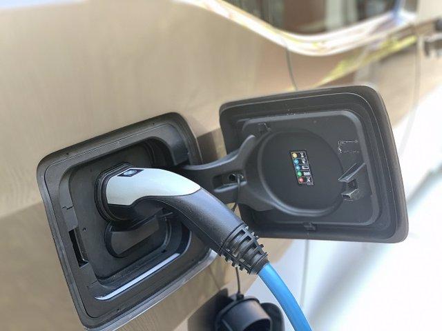 Archivo - Recurso de vehículo eléctrico cargando