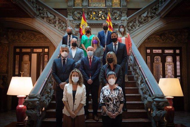 La ministra de Transports, Mobilitat i Agenda Urbana, Raquel Sánchez (e), i la delegada del Govern central a Catalunya, Teresa Cunillera (d), al costat de representants de la Diputació de Barcelona i ajuntaments, el 19 de juliol de 2021