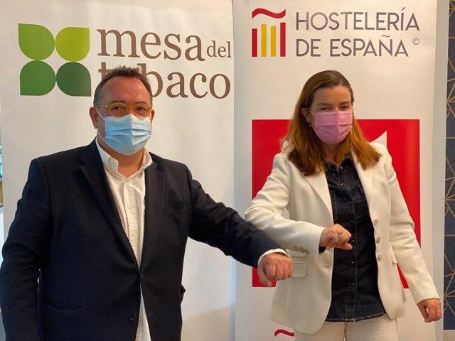 El presidente de Hostelería de España, José Luis Yzuel y la  presidenta y directora general de la Mesa del Tabaco, Águeda García-Agulló, firman acuerdo de colaboración