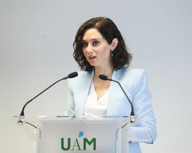 La presidenta de la Comunidad de Madrid, Isabel Díaz Ayuso, interviene en la toma de posesión de la nueva rectora de la Universidad Autónoma de Madrid, Amaya Mendikoetxea, en el Salón de Actos de la Facultad de Formación de Profesorado y Educación de la U