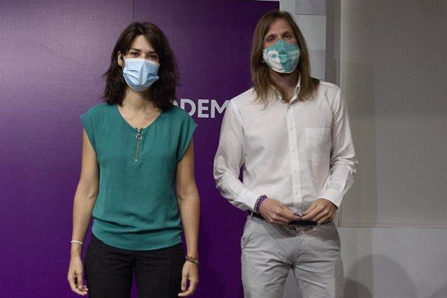 Los portavoces de Podemos, Isa Serra y Pablo Fernández, posan durante una rueda de prensa en la sede del partido, a 19 de julio de 2021, en Madrid (España). Durante su comparecencia, han solicitado la renovación de los órganos judiciales y el cumplimiento