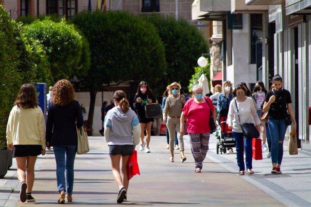 Ciudadanos usando mayoritariamente mascarilla en exteriores a pesar de no ser ya obligatorio.