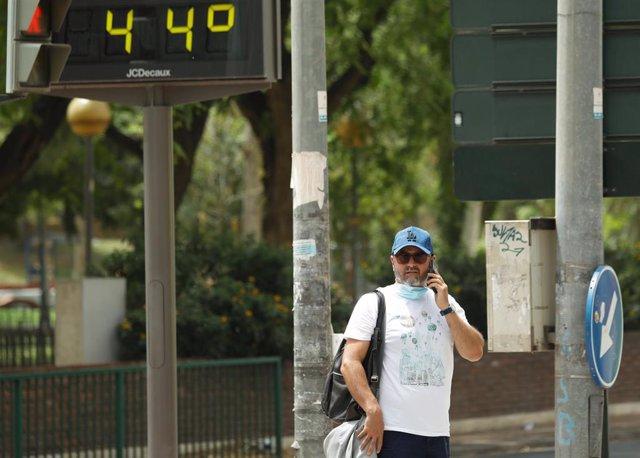 Murcia activa un dispositivo especial por el aviso de altas temperaturas. En la imagen, un termómetro marca 44 grados centígrados