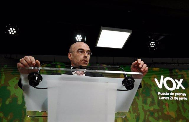 El vicepresidente Primero de Acción Política y eurodiputado de VOX, Jorge Buxadé, interviene en una rueda de prensa del Comité de Acción Política de Vox, a 21 de junio de 2021, en la Sede Nacional de Vox, Madrid, (España). Tras la aprobación de la medida