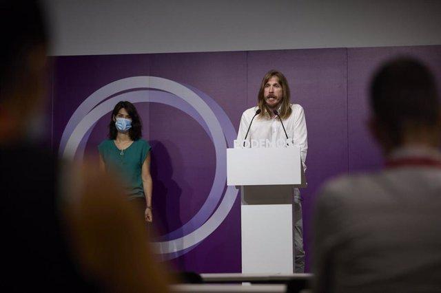 Los portavoces de Podemos, Isa Serra y Pablo Fernández, durante una rueda de prensa en la sede del partido, a 19 de julio de 2021, en Madrid (España).