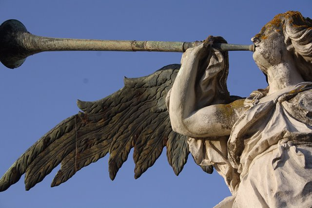 Archivo - Detalle de la escultura de la Fama que remata la fachada principal del Rectorado de la Universidad