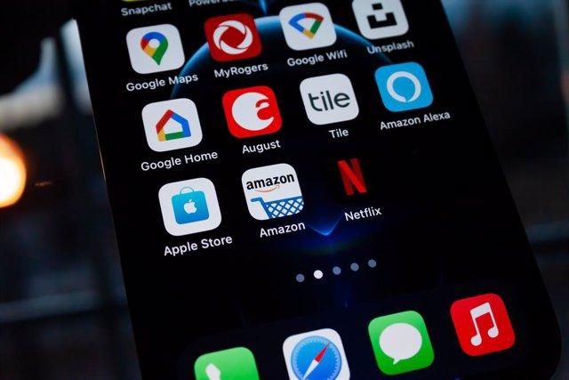 Archivo - Netflix y otras aplicaciones en un iPhone 12 Pro