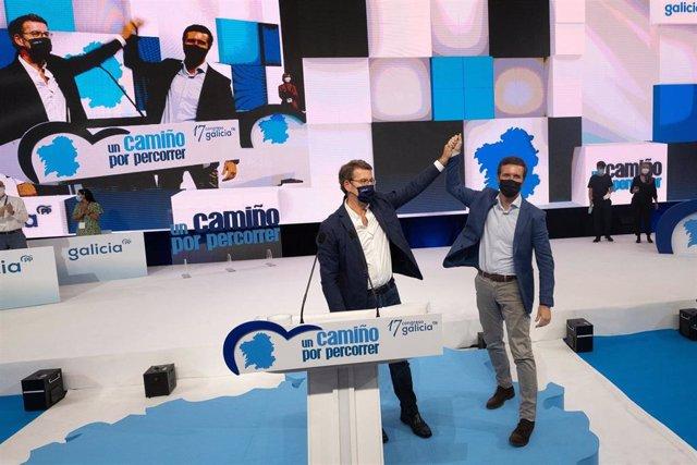 El presidente del PP, Pablo Casado (d), y el presidente de la Xunta y del Partido Popular en Galicia, Alberto Núñez Feijoo (i), en el 17 Congreso del PP de Galicia, a 17 de julio de 2021, en Santiago de Compostela (Galicia).