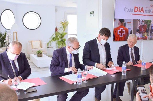 De izquierda a derecha: Javier Ruiz, Director General de World Vision, Leopoldo Pérez, Secretario General de Cruz Roja, Ricardo Álvarez, CEO de DIA España y Manuel Bretón, Presidente de Cáritas.