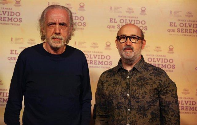 Archivo - El director Fernando Trueba (i) y el actor Javier Cámara (d), durante el photocall de la película  'El olvido que seremos', en Casa de América, a 28 de abril de 2021, en Madrid (España). El nuevo trabajo de Trueba se estrenará el próximo 7 de ma