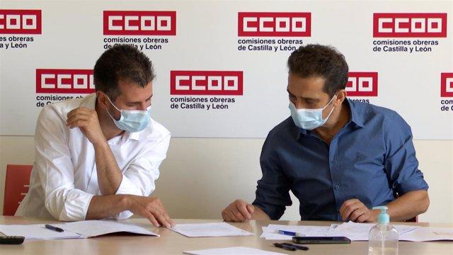 El secretario general del PSOECyL, Luis Tudanca (d), junto al máximo responsable de CCOO en la Comunidad, Vicente Andrés.