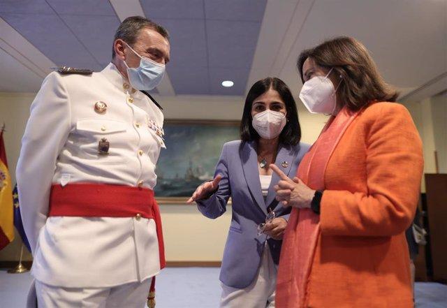 El inspector general de Sanidad Militar, Juan José Sánchez Ramos; la ministra de Sanidad, Carolina Darias y la ministra de Defensa, Margarita Robles