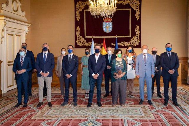 E presidente da Xunta, Alberto Núñez Feijóo, y el conselleiro de Presidencia, Xustiza e Turismo, Alfonso Rueda, en un encuentro con consejeros de Turismo de otras seis comunidades autónomas, entre ellos la consejera asturiana Berta Piñán