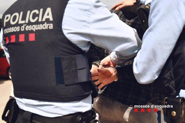 Archivo - Arxiu - Imatge de recurs d'una detenció de Mossos d'Esquadra