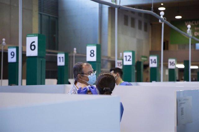 Archivo - Un hombre tras recibir la vacuna en ante la Covid-19 en el Estadio de La Cartuja de Sevilla.