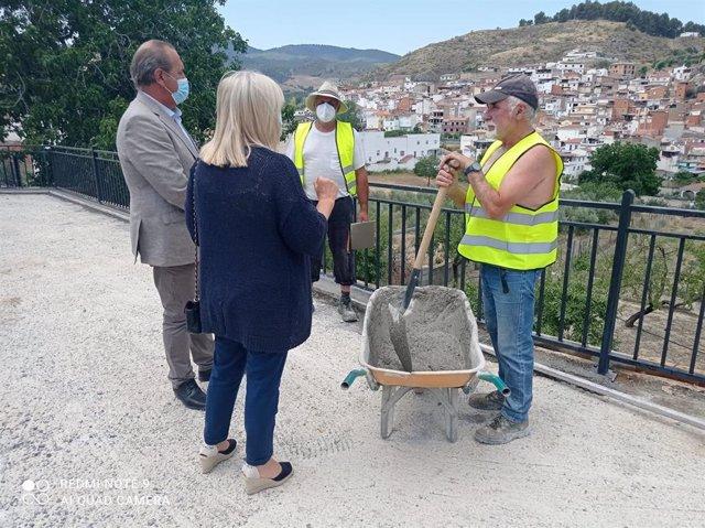 El delegado de Regeneración, Justicia y Administración Local de la Junta en Granada, Enrique Barchino, ha visitado La Peza (Granada).