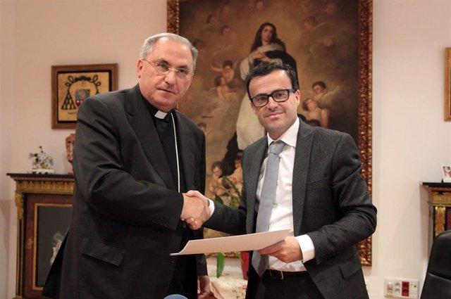 Foto de archivo del convenio entre la Diputación de Badajoz y el Arzobispado de Mérida-Badajoz