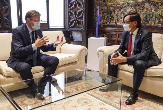 El president de la Generalitat, Ximo Puig (i), recibe en audiencia al secretario de organización del PSC y presidente del grupo parlamentario socialista en el Parlament de Catalunya, Salvador Illa (d)