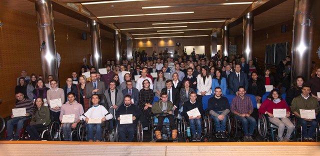 Archivo - Tres jóvenes con discapacidad de Baleares mejoraron su formación con becas de Fundación ONCE en 2019