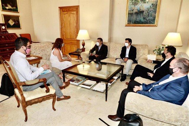 La presidenta del Govern, Francina Armengol, recibe en audiencia, en el Consolat de Mar, al director general de la empresa de telecomunicaciones Cellnex en España, Albert Cuatrecasas.