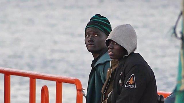 Archivo - Dos jóvenes migrantes bajan de un barco de la Cruz Roja en el puerto de Arguineguín (Gran Canaria, España) a 17 de marzo de 2021. 79 inmigrantes de origen subsahariano que viajaban a bordo de dos pateras fueron trasladados esta tarde noche por S