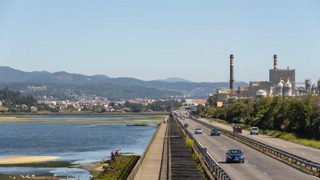 Archivo - La biofábrica de Ence situada a la orilla de la Ría de Pontevedra, separadas por la carretera que une a la ciudad de Pontevedra con Marín.